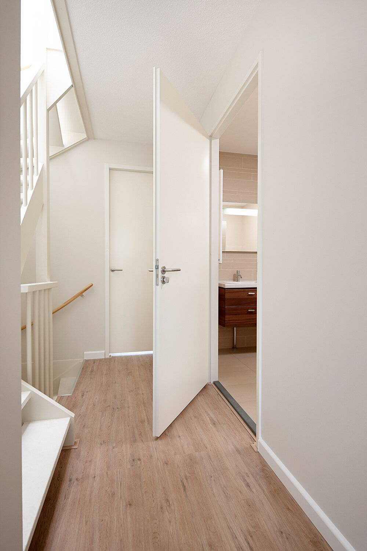 Detailfoto van deur met deurbeslag